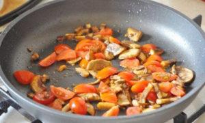 omlet_s_gribami_pomidorami_i_syrom-2