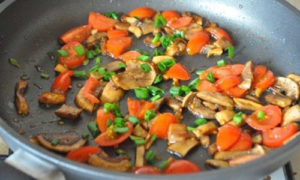 omlet_s_gribami_pomidorami_i_syrom-3